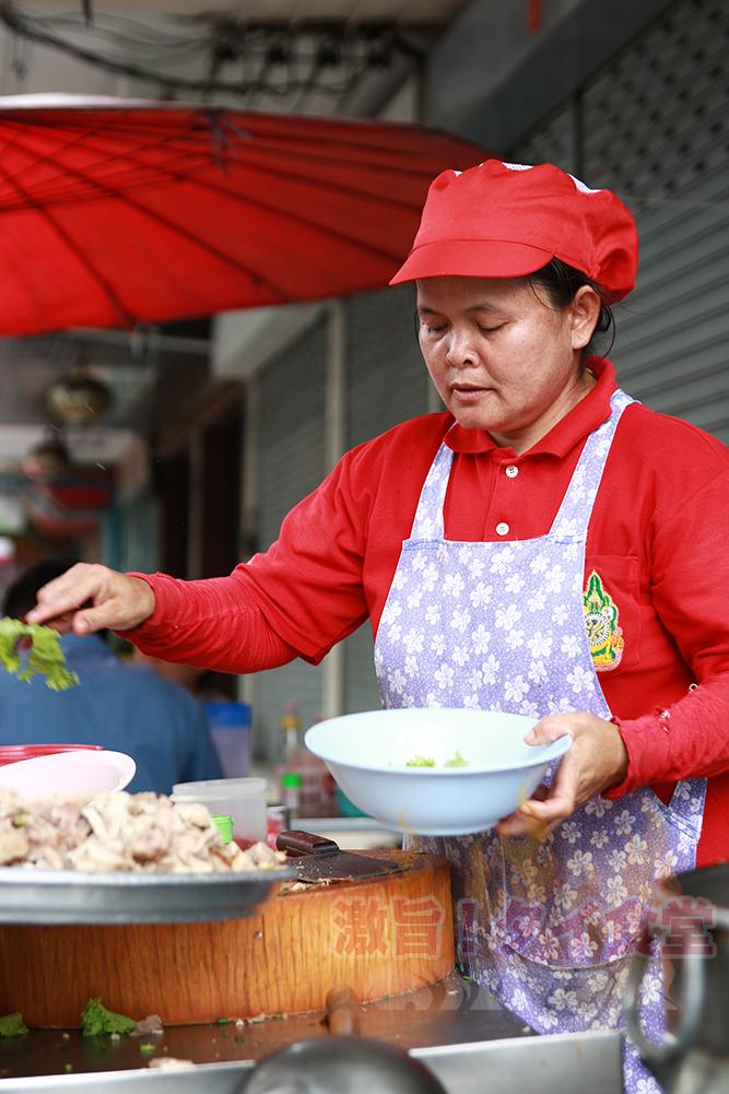 地元タイ人が押し寄せる名も無き名店がチャン通りにあった! 「ガオラオ ルアットムー パックソイ チャン4」