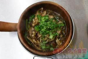 土鍋で煮込まれたアツアツのアヒル肉に舌鼓!