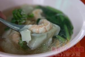 タニヤ通りで<br/>朝からエビ入りワンタンのバミー(中華麺)