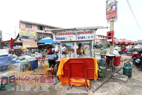 チュラロンコン大学近くの空き地で営業するカオマンガイ屋