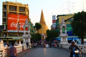 ナコンパトム 世界一高い仏塔のもとに広がるのは激ウマな屋台の数々