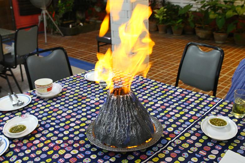 ナコンパトム|見た目も味も至極!エビ火山蒸し焼き「クンオッププーカオファイ」