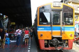 タイ国鉄を利用しマハーチャイへ小旅行<br/>海の幸を食べにゆく!Baan Rimnum