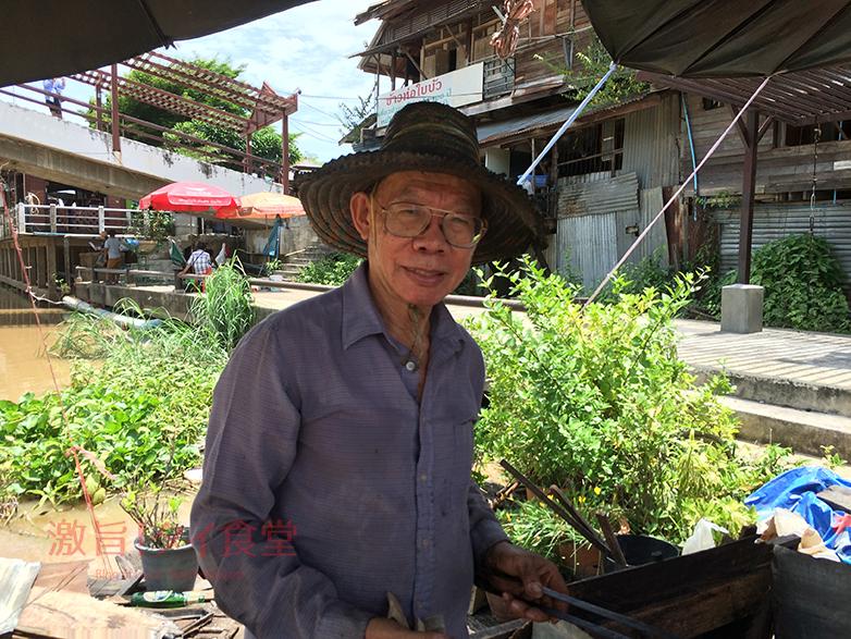 コーヒー豆を挽くおじさん