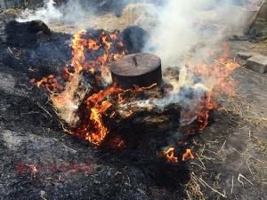 藁で地鶏を丸焼き!肉汁したたるジューシーさ|藁焼きガイヤーン