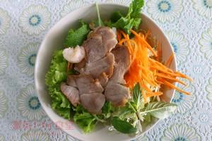 たっぷりの野菜で麺が見えない! 未体験の麺料理クイッティアオ ヤムボック