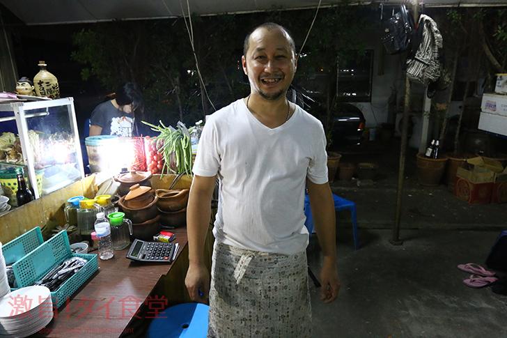 プラカノン通り沿いの小さな屋台で食べられる新鮮な生肉&生レバー