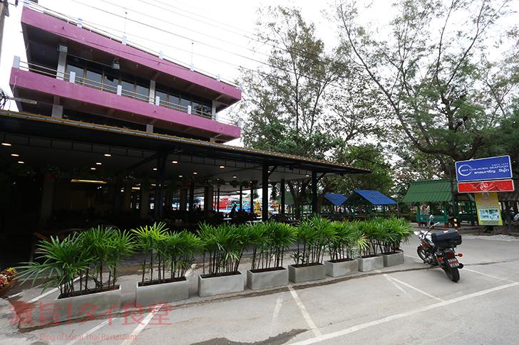 ラヨーン県の数あるタイシーフード料理店で一番人気 LAEM CHAROEN SEAFOOD