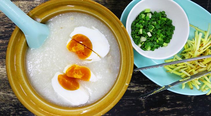 ピータンや塩漬け卵をトッピング  土鍋入りのお粥(ジョーク)