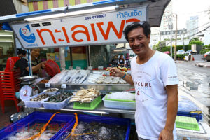 トンロー駅から徒歩3分 新鮮な魚介類が揃うマリオットホテル前の海鮮屋台