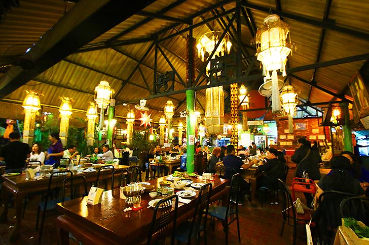 店前は路駐の車でスペースなし! タイ人が推すチェンマイの北タイ料理店Krua Phech Doi Ngam