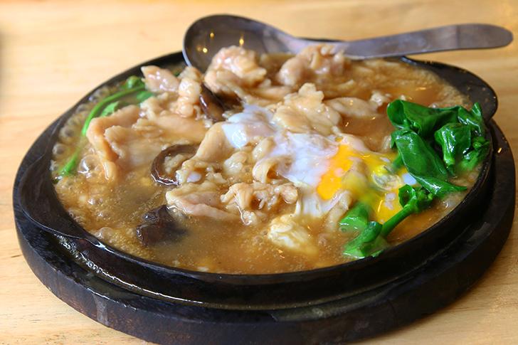 超やわらかな豚肉にあんかけが絡む鉄板炒め 旧市街地のタイ中華食堂Yi Lao Tang Jua Lee