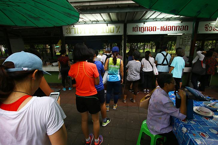 ルンピニ公園のフードコートで朝食を 数十年前から営む老舗店が集まる一角