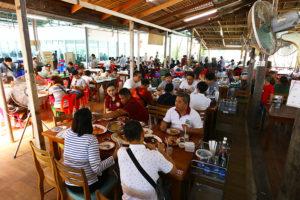 広大な店内に空席が見当たらない!サムットソンクラーム県の超人気老舗シーフードレストランDaeng Seafood