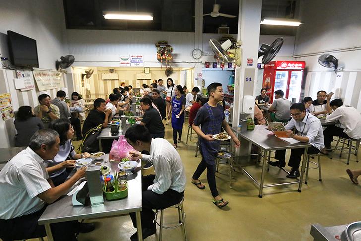 これはビーフシチューヌードル! ボーベー市場近くにある海南麺(カノムジーンハイラム)が旨い麺食堂