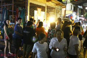 深夜に客が殺到 路上で営業する豚の串焼き屋台ムーパラ ラチャダムヌン